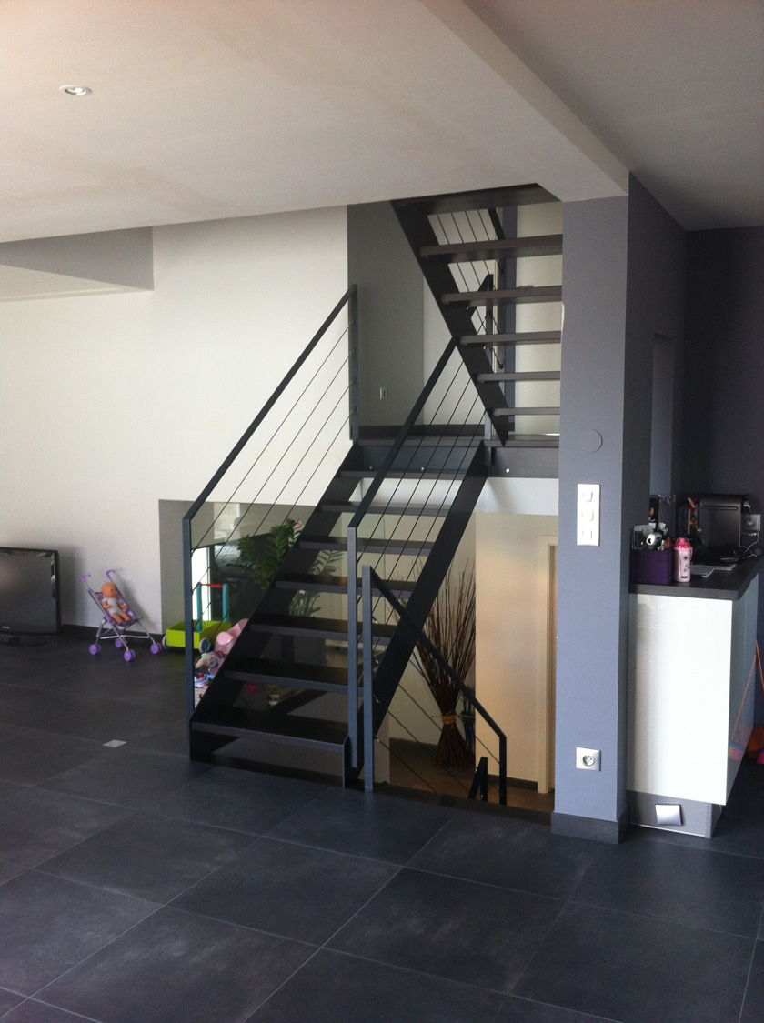 metalest alsace nordhouse escalier avec limon lat ral en demi niveaux. Black Bedroom Furniture Sets. Home Design Ideas